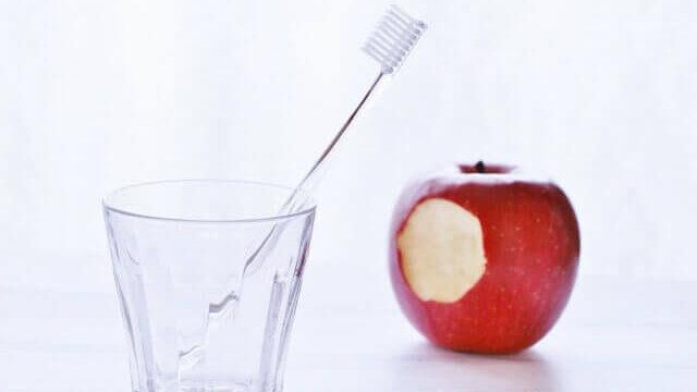 リンゴと歯ブラシ